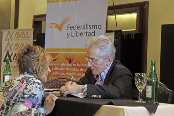 Marcos Aguinis, firma autógrafos al final la disertación