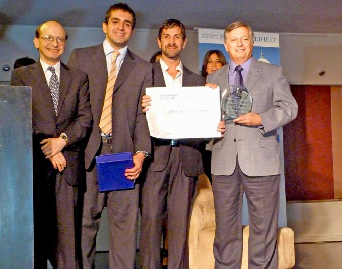 """Gustavo F Wallberg, José Guillermo Godoy, Sergio Feler y Juan José Aranguren, en la entrega del Premio """"Juan Bautista Alberdi a la Libertad"""""""