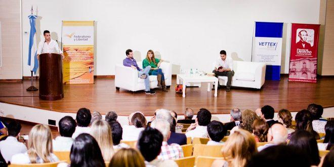 """Gloria Álvarez y Axel Kaiser presentaron el libro """"El engaño populista"""" en Tucumán"""