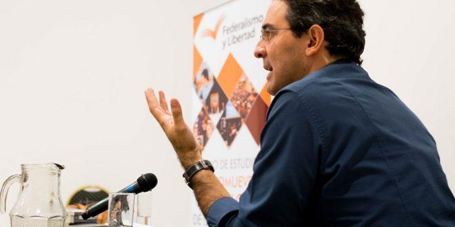 El escritor colombiano Juan Gabriel Vásquez visitó Tucumán