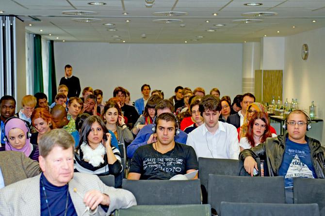 José Guillermo Godoy, junto a jóvenes, en el Seminario junto Rolf Berndt, Director Ejecutivo y miembro de la Junta Directiva de la Fundación Friedrich Naumann, en Núremberg
