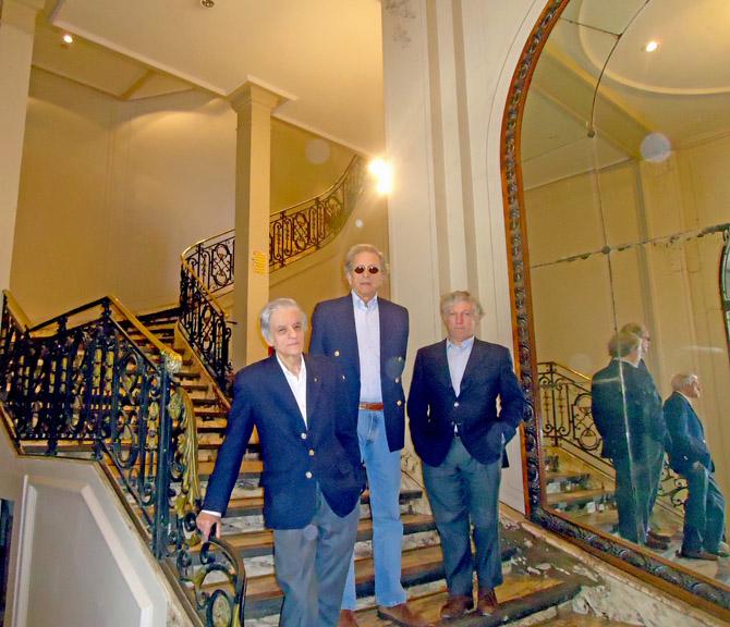 Juan José Sebreli, Alberto Benegas Lynch (h) y Marcelo Gioffre en la entrada a los salones del Jockey Club de Tucumán