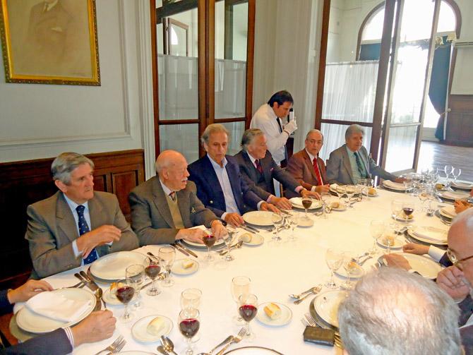 Alberto Benegas Lynch (h) en dialogo con los comensales
