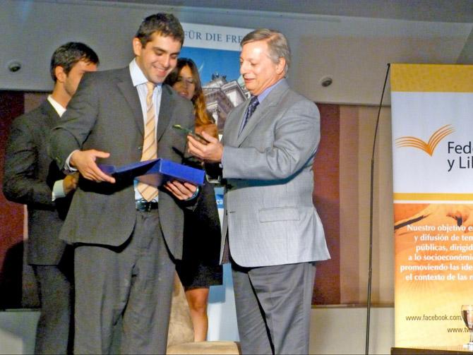 """Entrega del Premio """"Juan Bautista Alberdi a la Libertad"""" a Juan José Aranguren"""