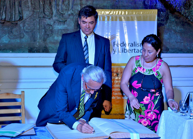Rosendo Fraga firma el libro de visita de la Casa historica de Tucumán