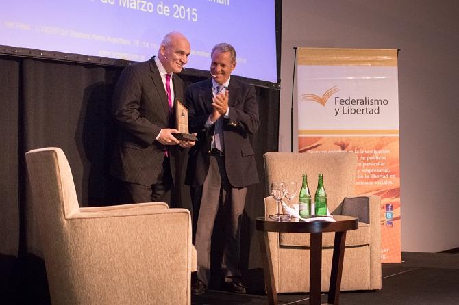 """Entrega del Premio """"Alberdi, a la valiente defensa de la Libertad"""" a José Luis Espert"""