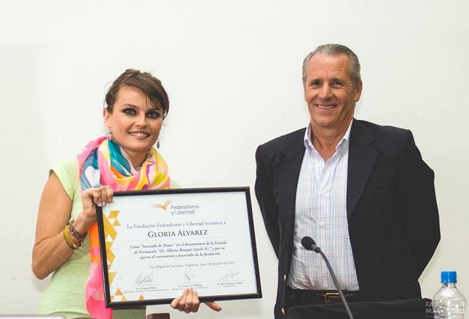 Gloria Alvarez recibe una distinción de Fundación Federalismo y Libertad