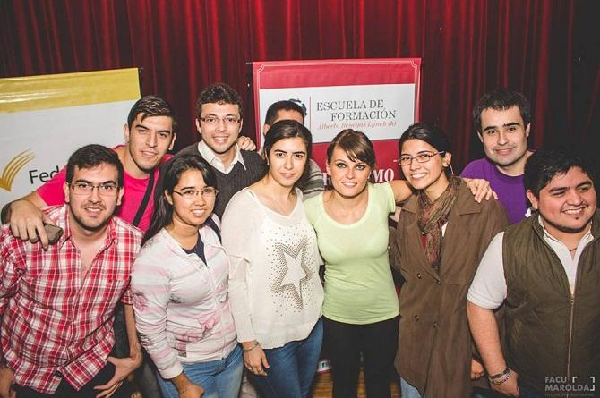 Estudiantes junto a Gloria Alvarez