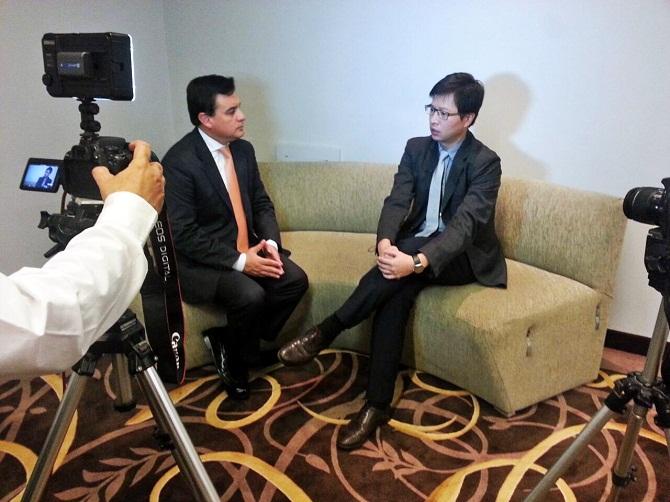 Enrique Huang junto al Periodista Marcelo Caferro