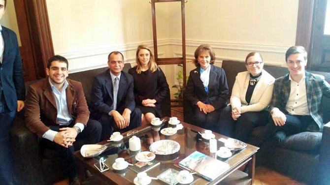 Visita de Amarendra Khatua a la Facultad de Derecho de la UNT. Fue recibido por Adela Segui y Marta Tejerizo