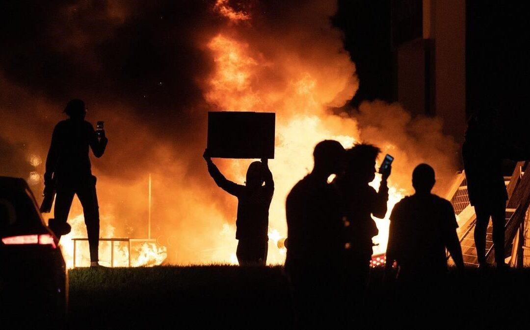 Conversatorio entre Juan Gabriel Vásquez y Marcelo Cavarozzi: Democracia y violencia política