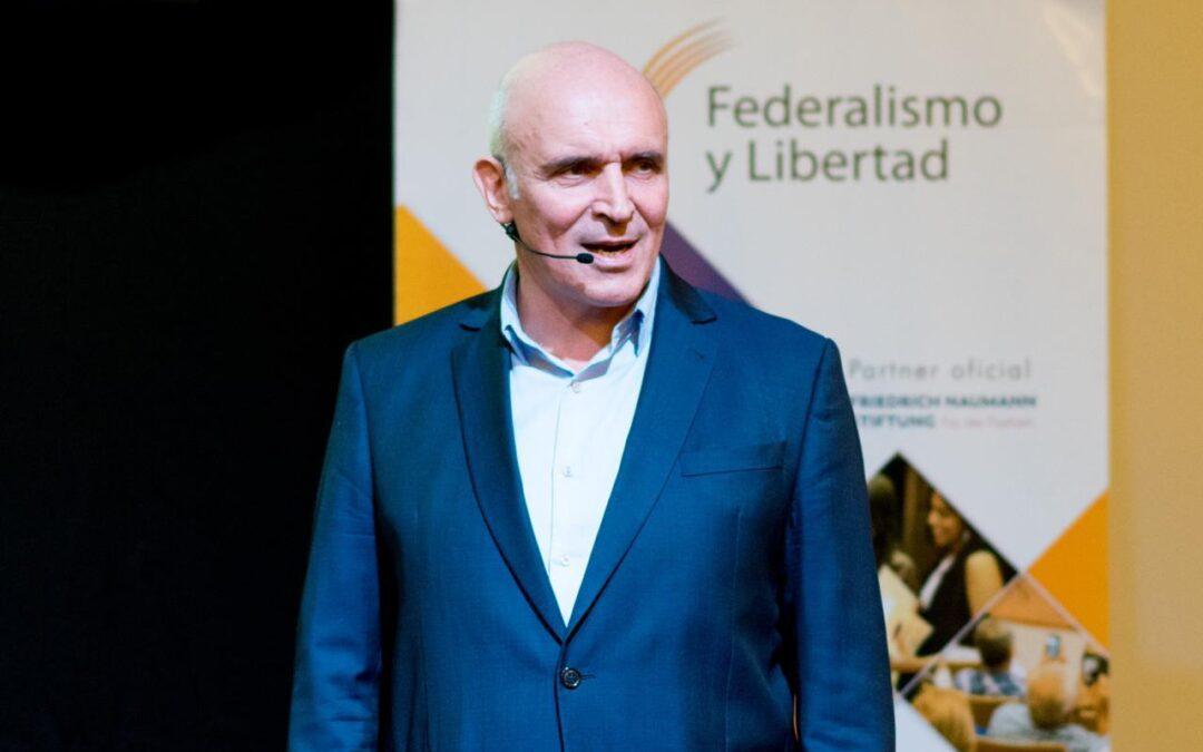 José Luis Espert presentó su tesis doctoral en Tucumán
